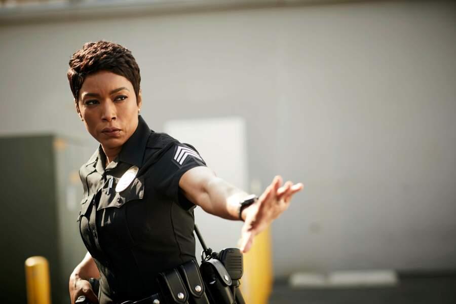 Elle est policière. Au travail, elle contribue à sauver des vies