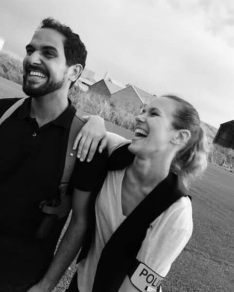 """Lorie Pester complice avec Samy Gharbi sur le tournage de """"Demain nous appartient"""" sur TF1."""