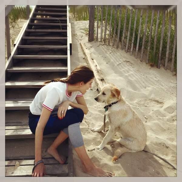 Allison Williams de Girls aussi est à la plage mais avec son chien...
