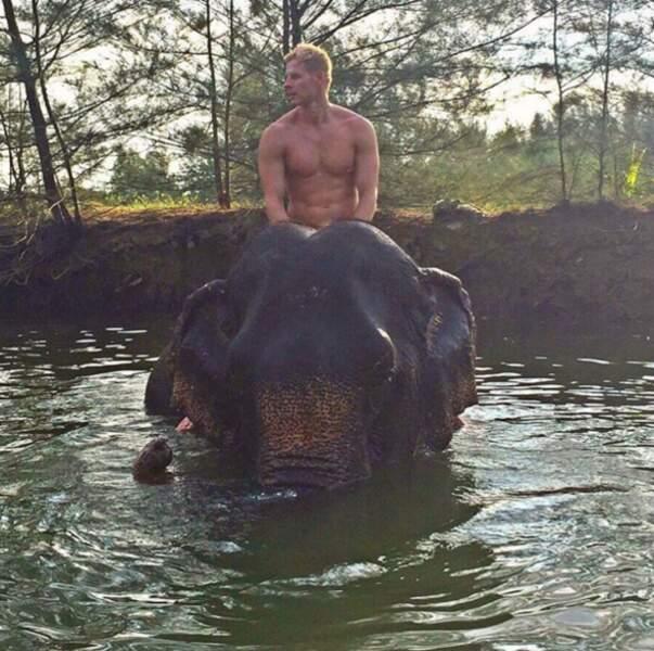 Matthieu Delormeau en Thaïlande à dos d'éléphant...