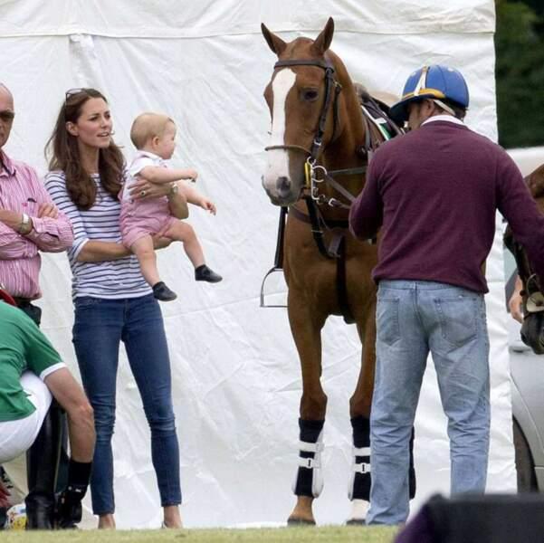 Bon ceci dit, être dans les bras de maman ça a parfois ses bons côtés ! Coucou, le cheval !