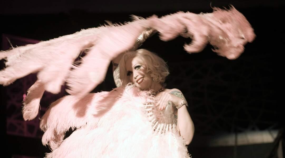 Le plus décalé : des pin-ups américaines font découvrir aux Français le striptease burlesque dans Tournée.
