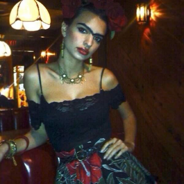 Là, Emily Ratajkowski est déguisée en Frida Kahlo.