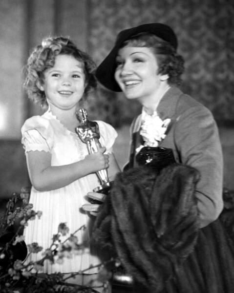 1935 : Claudette Colbert remporte l'Oscar de la meilleure actrice, ex-aequo avec la petite Shirley Temple