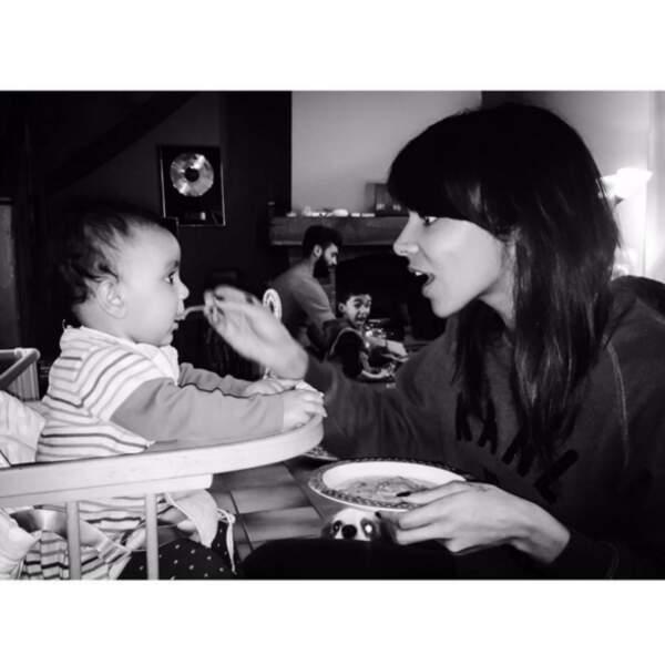 Comme ce cliché de Shy'm qui donne à manger à sa petite soeur.