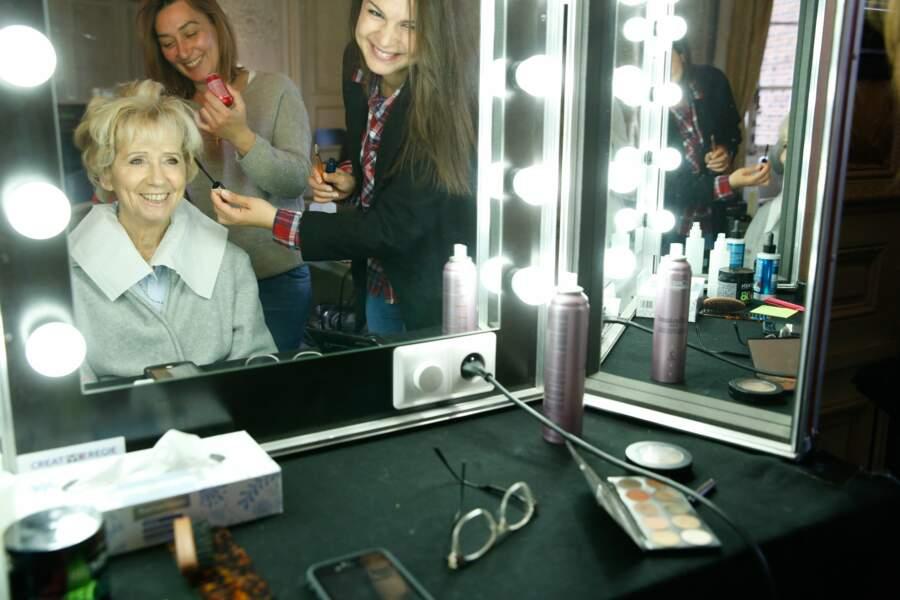 Puis, direction le maquillage... Au fait, jolie coiffure !