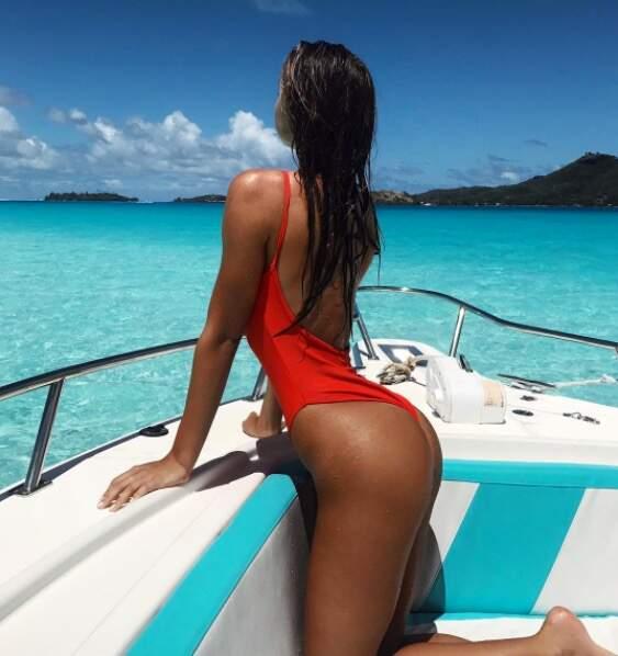 De Palm Springs à Bora Bora, elle enchaîne les shootings sur des plages paradisiaques