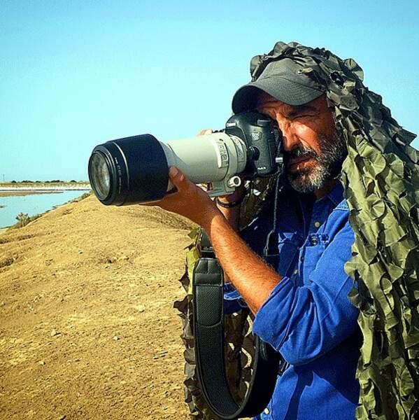 Il poste aussi des photos de lui en tenue de camouflage. On le préfère avec son smoking !