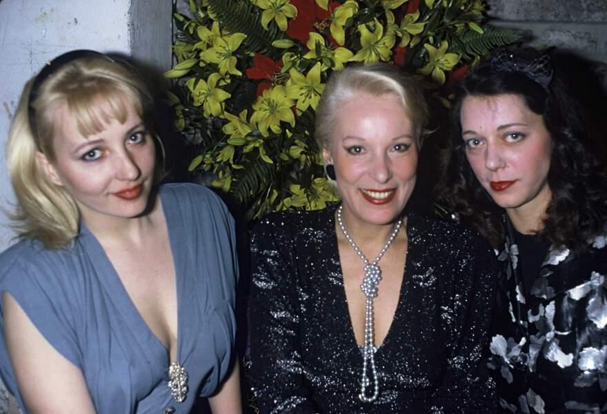 Avec ses filles, Pauline et Elisabeth en avril 1986.