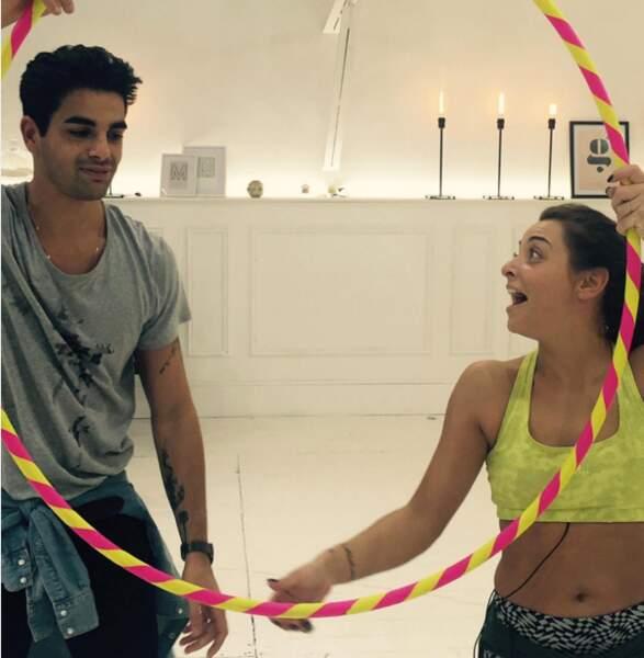 Défi pour la finale ce mercredi : danser avec un cerceau pour la team Priscilla Betti - Christophe Licata.