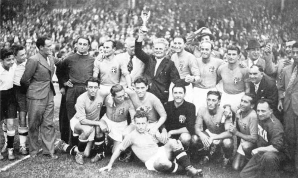 1938 - Giuseppe Meazza et les Italiens vainqueurs face à la Hongrie