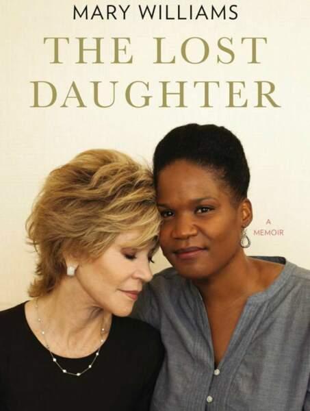 Jane Fonda recueille Mary Luana Williams en 1982. Cette dernière écrira un livre sur son adoption.