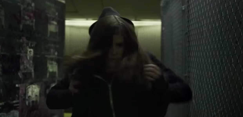 House of Cards : la jeune fille est poussée sous un train.