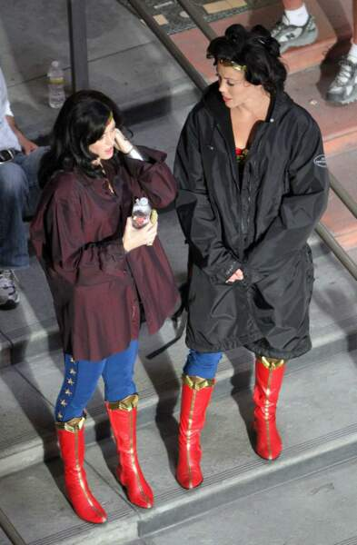 N'est pas Wonder Woman qui veut, une petite brise et hop on enfile le manteau... n'est-ce pas Adrianne Palicki ?