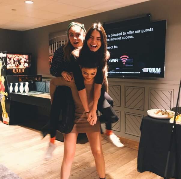 Ici avec Cara Delevingne et sa petite soeur Kylie. A elles deux elles doivent peser au moins 60 kg...