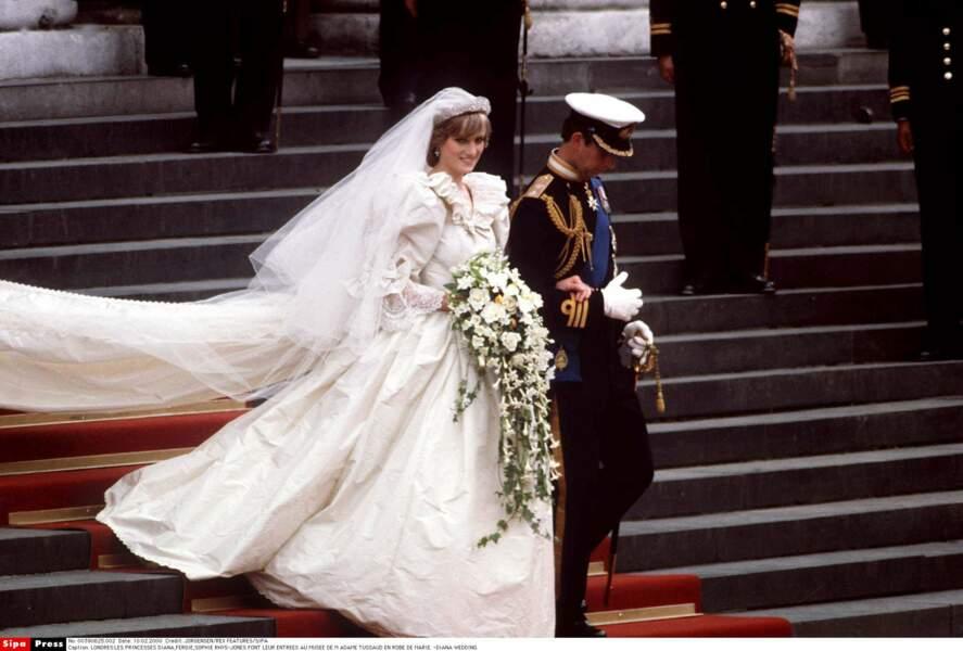 """Pour le """"mariage du siècle"""", Diana portait une robe de taffetas de soie et dentelle brodée de 10000 perles"""