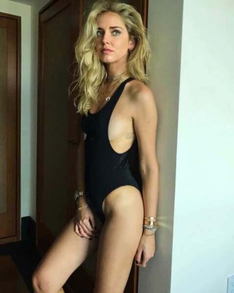 La blogueuse Chiara Ferragni a opté pour un maillot de bain très échancré...