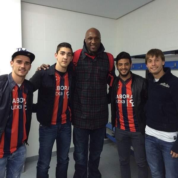 Amateur de basket, il est fan de Lamar Odom.