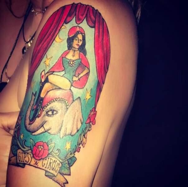 Parmi les dessins figurant sur ses bras, l'animatrice porte une oeuvre dessinée par... sa fille !