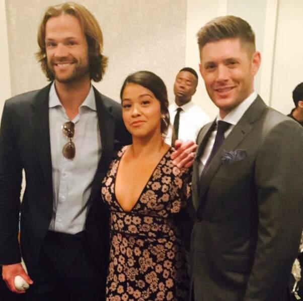 Gina Rodriguez a rendu les fans de Supernatural très (très) jaloux en rencontrant ses deux acteurs stars.