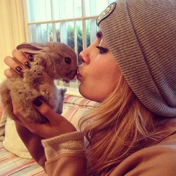 Cara a d'ailleurs un petit lapin, Cecil. Il a son propre compte Instagram @cecildelevingne
