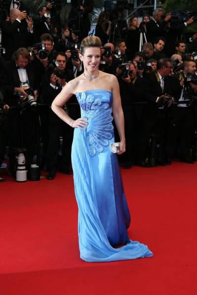 Lorie dans une robe bleue qui, on veut pas être méchant, fait quand même un peu bal de fin d'année !