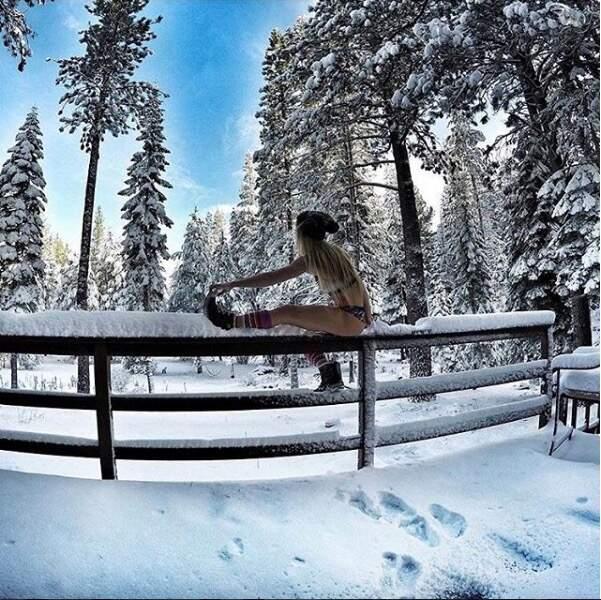 Pour se refroidir, Hannah Teter, championne olympique de halfpipe 2016, a osé le bikini dans la neige. Efficace !