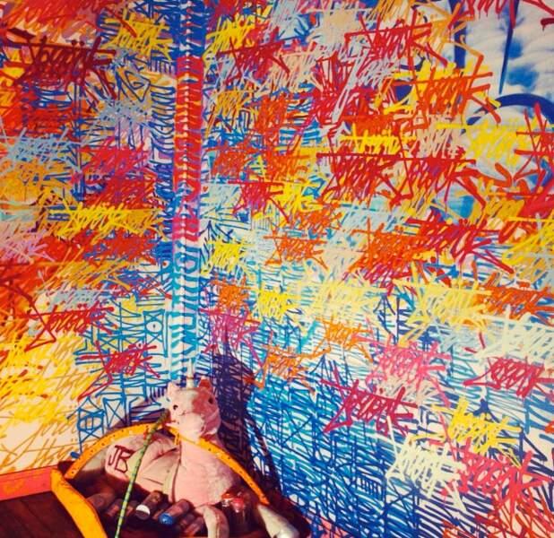 Ca nous rappelle presque nos dessins sur les murs quand on était enfants. Presque.