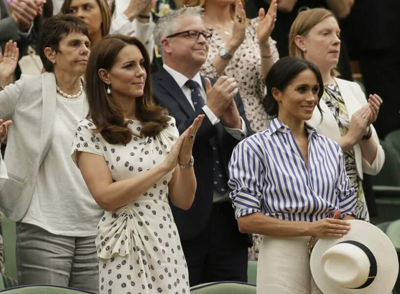 …et se sont levées pour applaudir Novak Djokovic, vainqueur de Rafael Nadal en demi-finale à Wimbledon