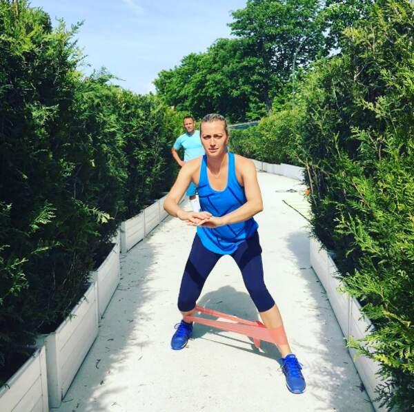 Soit elle fait sa gym, soit elle Petra Kvitova s'entraîne à appuyer sur le buzzer de Questions pour un Champion