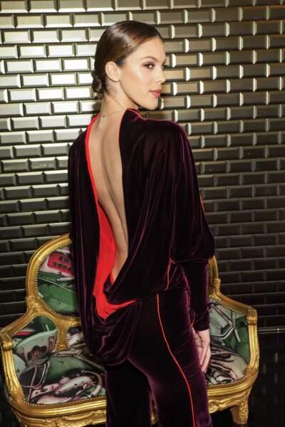 Iris fait sensation avec son décolleté dans le dos, lors de la Fashion-Week Printemps-Eté 2018