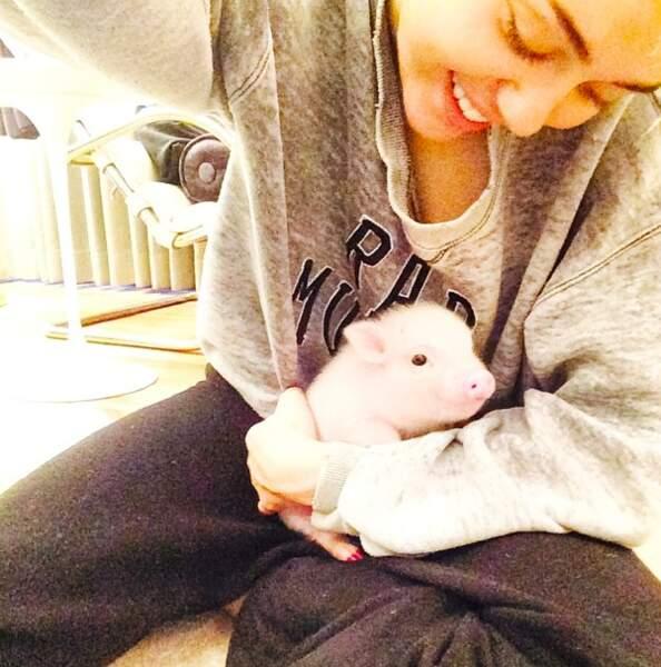 De son côté, Miley Cyrus nous présente un nouveau membre dans sa famille...