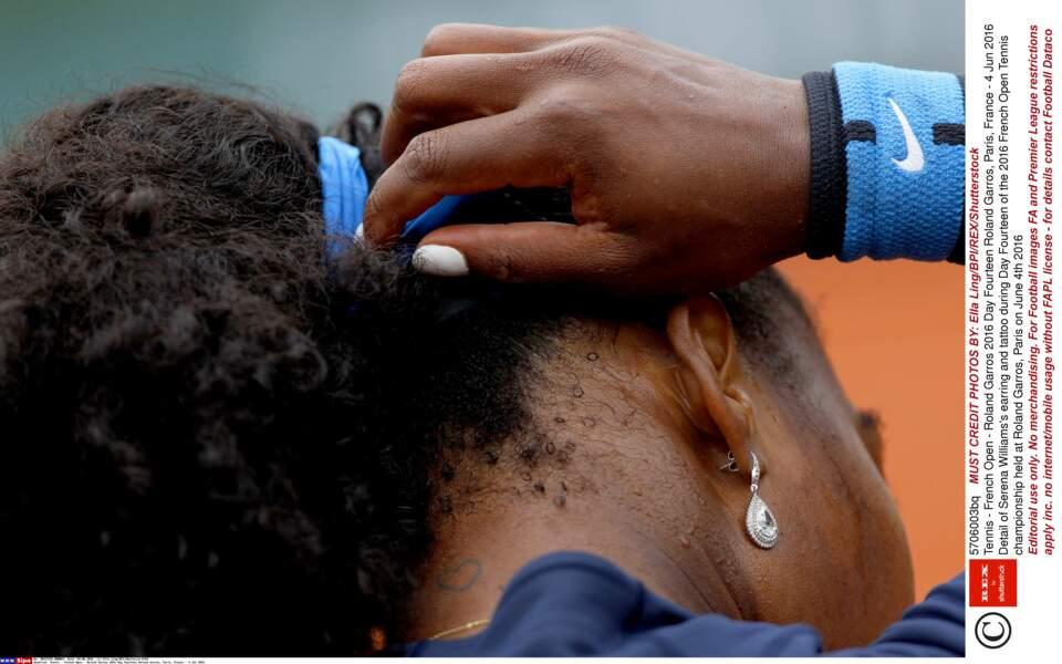 Serena Williams affiche un cœur très discret à la base de son cou