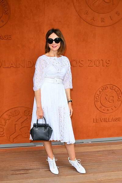 Elsa Zylberstein a choisi de passer incognito avec ses lunettes de soleil