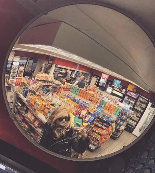 Et Gigi Hadid a prouvé qu'elle était une femme comme les autres : elle fait ses courses à la supérette.