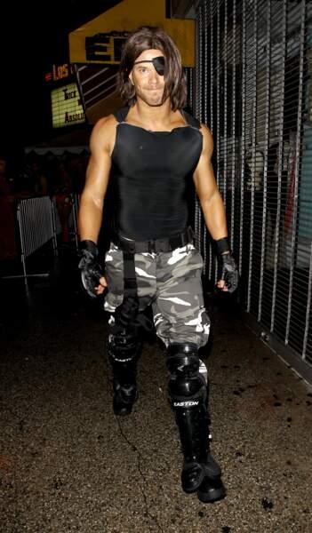Kellan Lutz et Snake Plissken... Il a les muscles de son modèle !