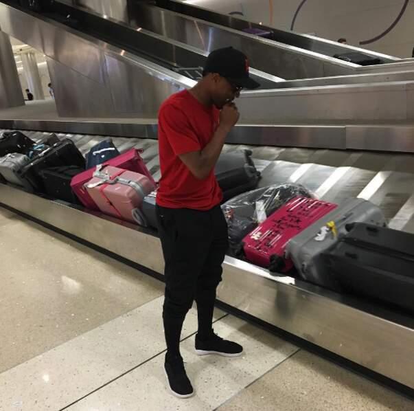 À l'aéroport, Patrice Evra est comme nous quand notre valise n'arrive pas : en stress