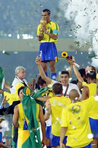 2002 - Cafu soulève la cinquième Coupe du monde de l'histoire du Brésil (victoire face à l'Allemagne 2-0)