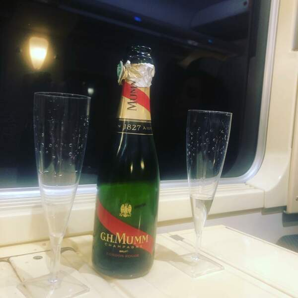Même coincé dans un train, Stephane Henon (Plus belle la vie) n'oublie pas que c'est la Saint-Valentin…