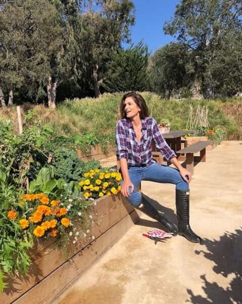 Cindy Crawford reste chic, même pour sa corvée de jardinage.