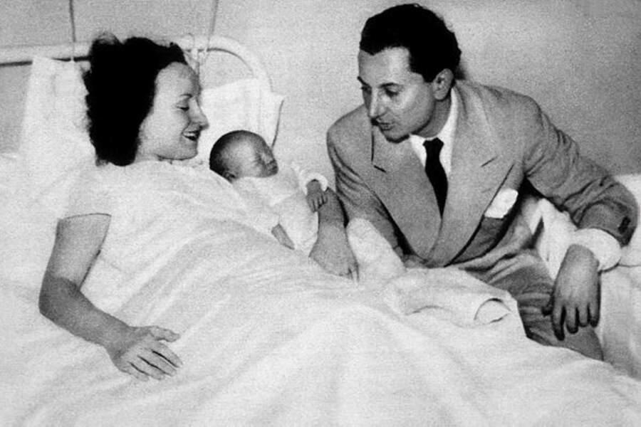 Claude Brasseur, bébé, entre ses parents, Odette Joyeux et Pierre Brasseur.