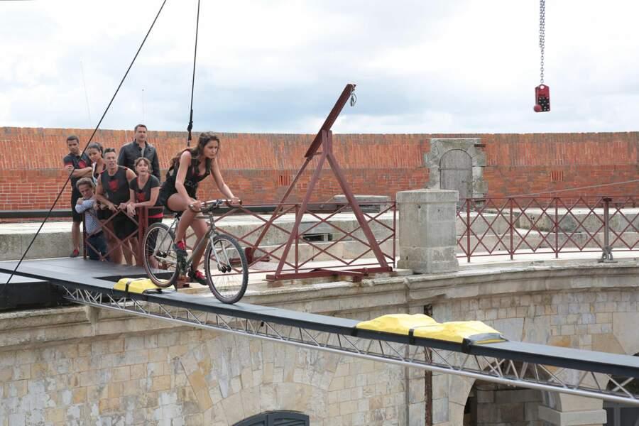 Malika Ménard doit traverser une planche à vélo pour récupérer une clé.