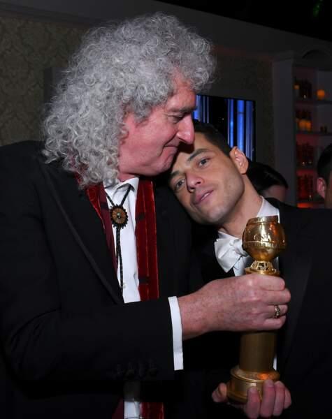Pause câlin entre Rami Malek et Brian May