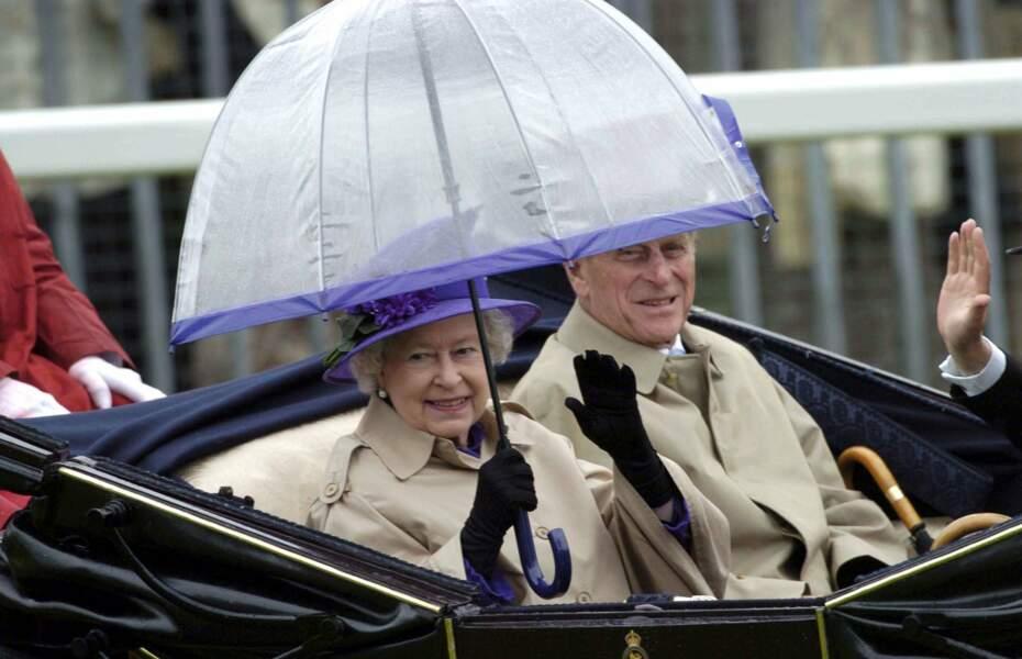 Elisabeth et Philip aiment aussi les balades en carrosse ! Qu'il pleuve…
