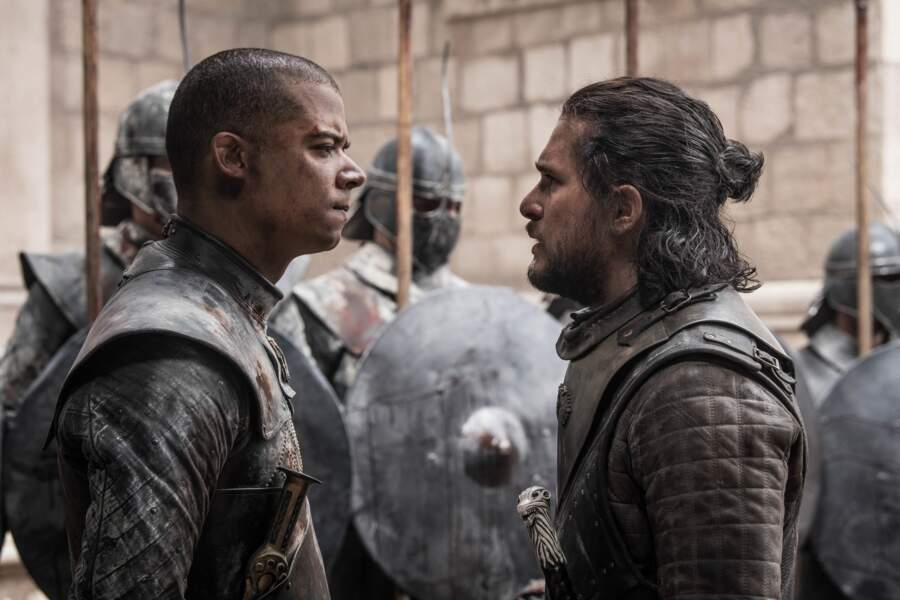 Jon Snow tente de s'interposer contre les méthodes de Ver Gris, aux ordres de Daenerys