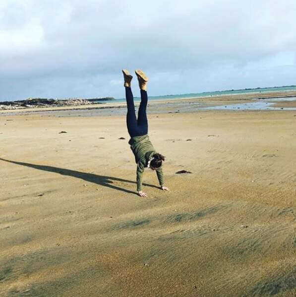 Estelle Denis fait des pirouettes (cacahuètes) sur la plage de Normandie