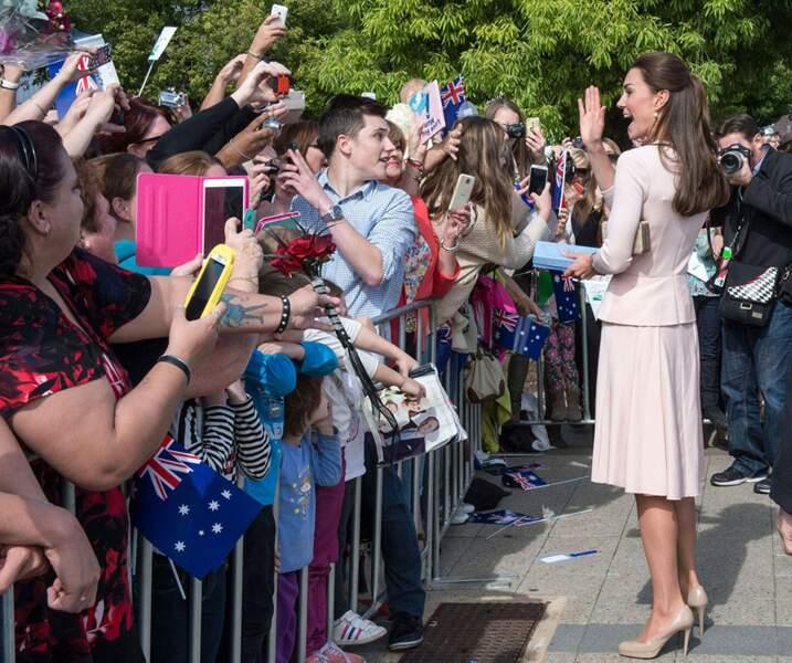 Main tendue vers le haut, sourire exagéré : Kate pourrait être Miss France... si elle était française