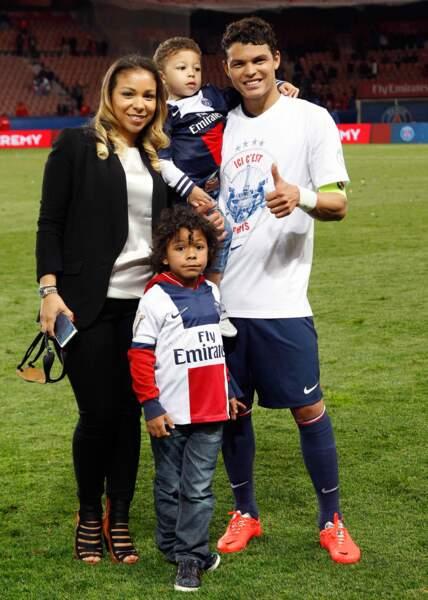 Avec leurs enfants Iago et Isago, la famille fête le titre de champion de France du club de papa