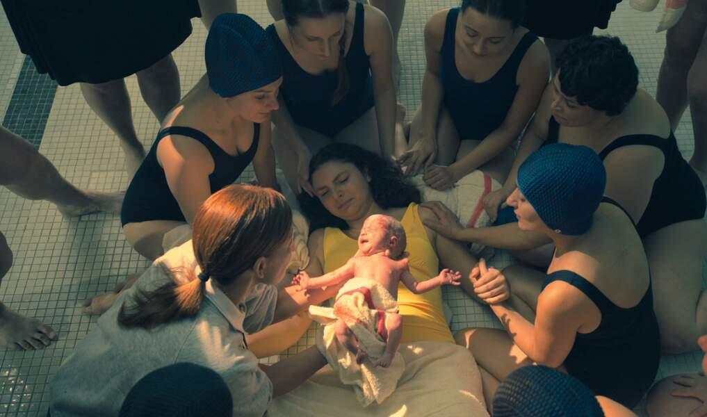 L'histoire débute en 1989 lorsque 43 bébés naissent de femmes ... qui ne sont pas enceintes !
