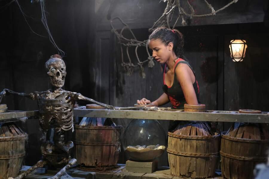 Attention Flora, il y a un squelette à côté de toi !